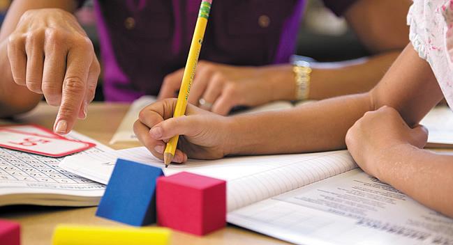 Pais reclamam que alunos do colégio Teixeira de Freitas estão sendo dispensados por falta de professores.