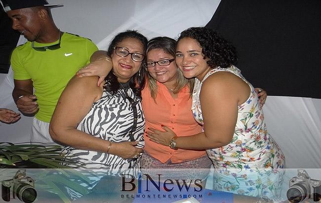 Amigos e familiares comemoram com grande festa o aniversário de Aline Rúbia.