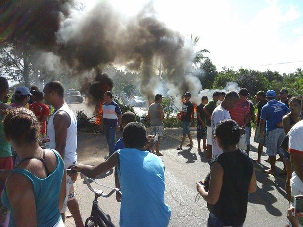 Assassinato de mototaxista gera revolta em Canavieiras e população ateia fogo em ônibus.