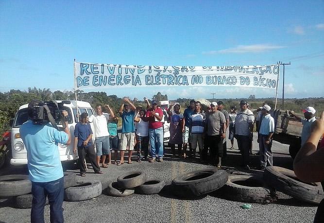 Agricultores cansado de esperar pelo projeto Luz Para Todos fecham a rodovia em Belmonte.