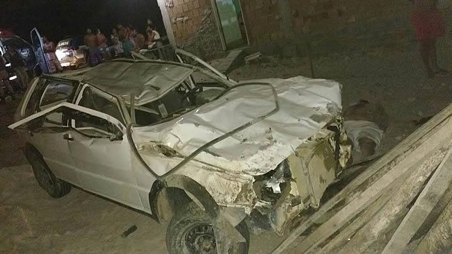 Veículo perde controle, capota e deixa vítima fatal na entrada do povoado de Mogiquiçaba.