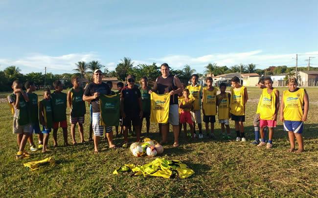 Liga Desportiva de Belmonte doa materiais para Escolinha de Futebol do São Benedito e Bom Jardim.
