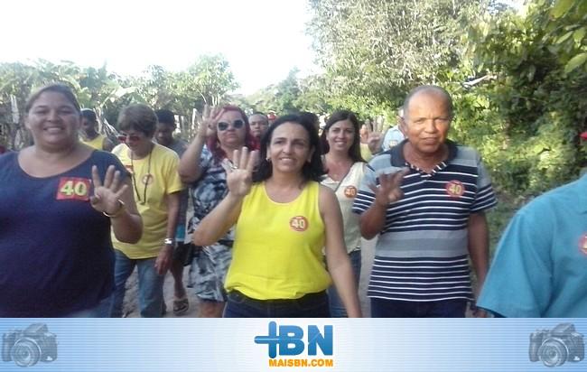 Alice Britto e Alvino Matos fazem caminhada em Boca do Córrego e conversam com a comunidade.