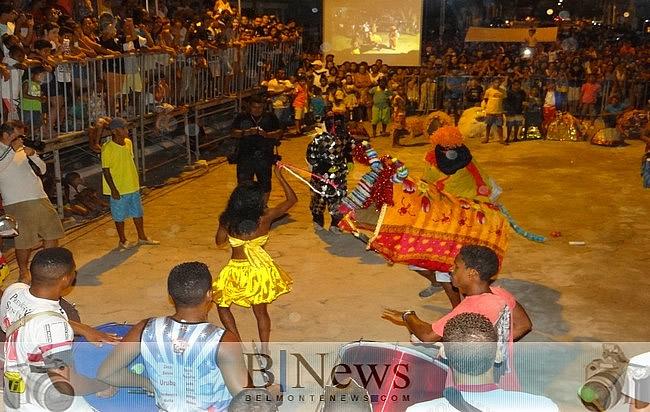 Primeira noite do Festival de Boi Duro de Belmonte atrai uma multidão de pessoas.