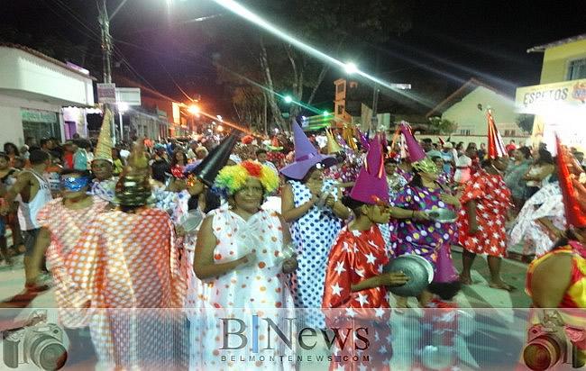Bloco Zé Pereira sai pelas ruas com muita alegria e abre o Carnaval 2017 em Belmonte.