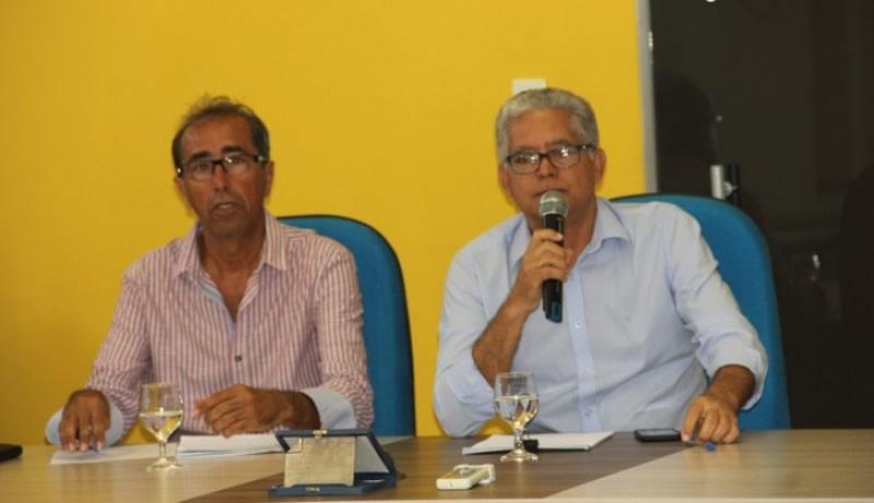 Prefeito Janival Borges avisa que fará cortes na folha de funcionários por causa da crise.