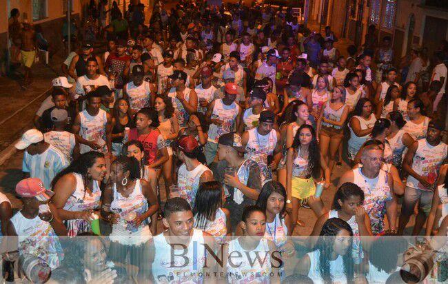 Desfiles de blocos continuam agitando o circuito do carnaval em Belmonte.